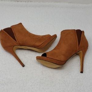 NWT Heeled open toe bootie